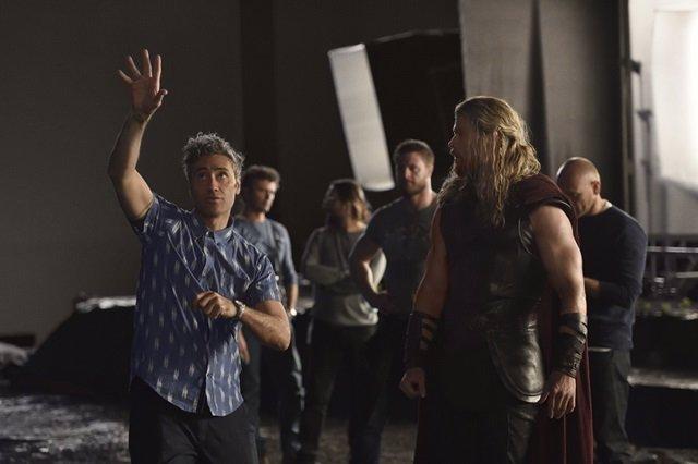 Thor: Ragnarok - Director Taika Waititi and Chris Hemsworth.