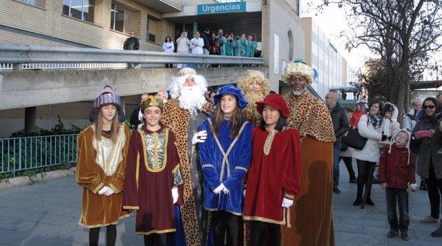 Los Reyes Magos llevan regalos a los niños del Hospital Infantil de Zaragoza