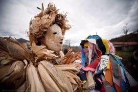 Miles de personas celebran La Vijanera, que será declarada Bien de Interés Cultural