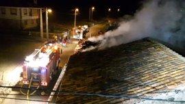 Bomberos sofocan un incendio en una vivienda deshabitada en San Miguel de Aguayo