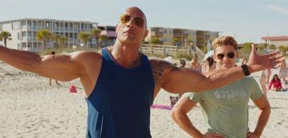 Dwayne Johnson y Zac Efron, pura química en el nuevo tráiler de Los vigilantes de la playa