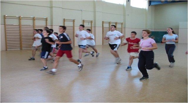 Alumnos haciendo Educación Física.