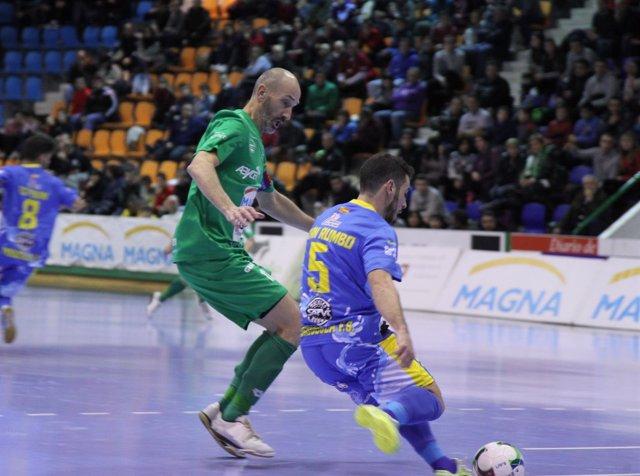 Javi Eseverri ante un jugador del Peñíscola fútbol sala