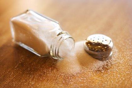 ¿Por qué los gobiernos deben  tomar medidas para reducir la ingesta de sal?