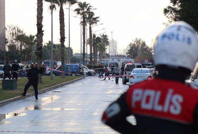 Diez heridos y dos terroristas abatidos en un atentado junto a un tribunal