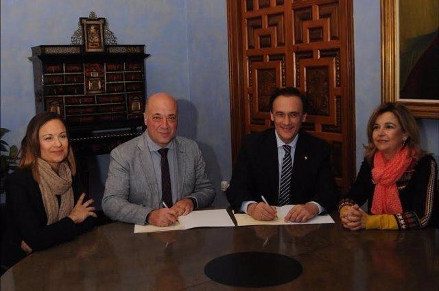 Ruiz (izda.) y Villamandos firman el acuerdo