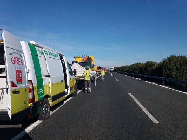 Activan plan de emergencias por el vuelco mortal de un camión en la A92