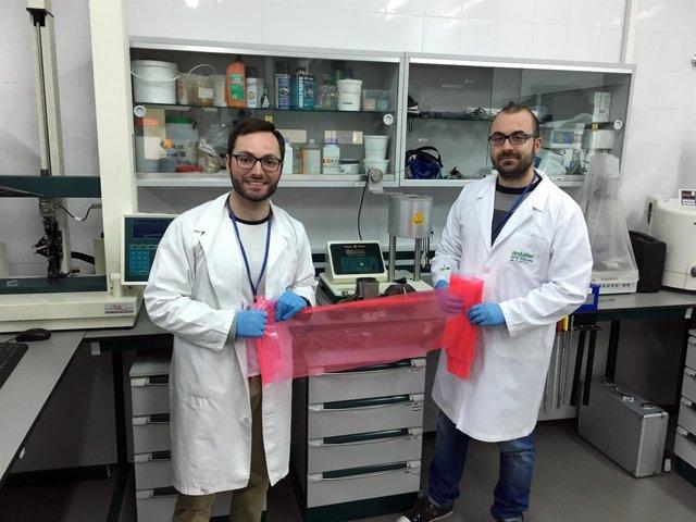 Investigadores de Andaltec con el nuevo material para cultivo en invernaderos.
