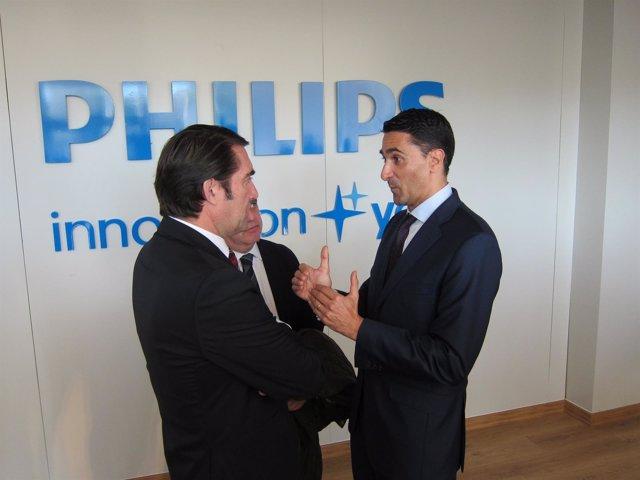 Suárez-Quiñones y Josep Martínez conversan durante la visita a la fábrica
