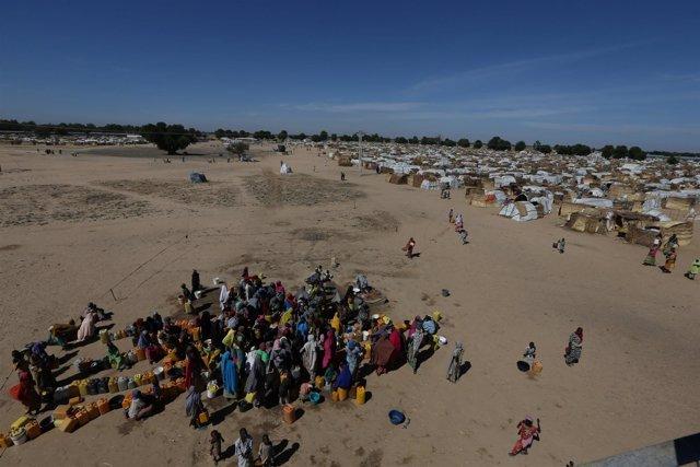 Un grupo de desplazados se reúne para recoger agua en Maiduguri, África.