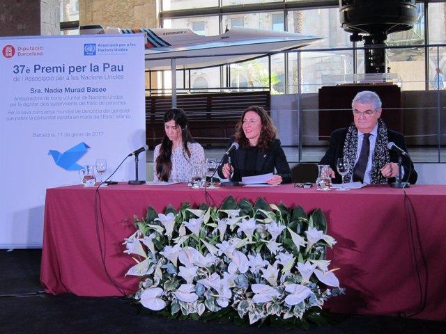 La activista Nadia Murad con Mercè Conesa (Diputación) y Eduard Segarra (Anue)