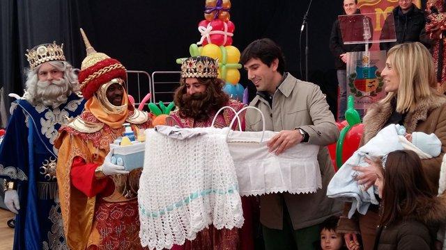 Los Reyes Magos entregan la canastilla en Barakaldo