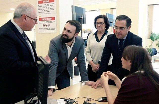 El subdelegado del Gobierno en Málaga durante su visita.