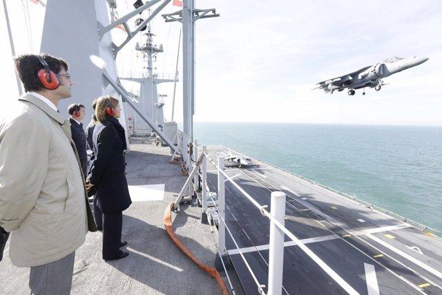 Cospedal presencia un ejercicio de aeronaves de la Flota de la Armada