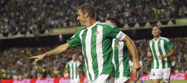 Joaquín celebra un gol con su Betis