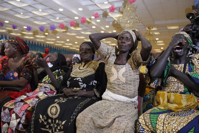 Familiares de las niñas de Chibok lloran durante una reunión con el presidente.