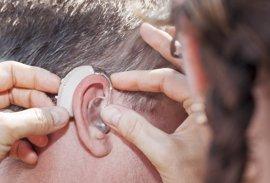 La pérdida auditiva durante la vejez aumenta el riesgo de depresión, deterioro cognitivo o aislamiento social
