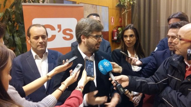 El secretario de organización, Fran Hervías, atendiendo a los medios.