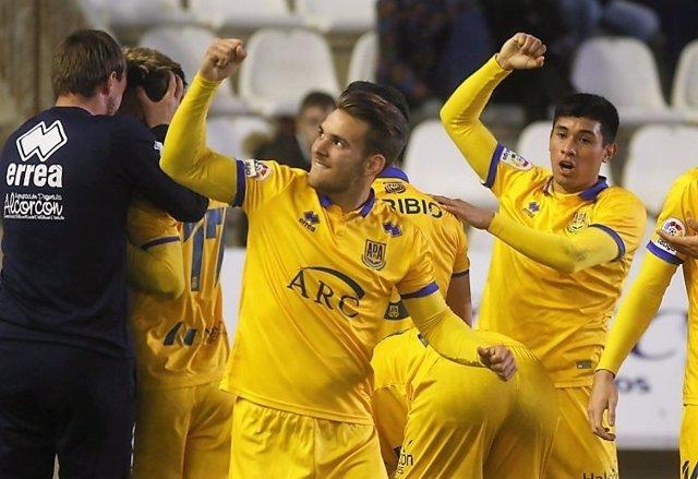 Alejo, del Alcorcón, celebra el ´triunfo en Copa ante el Córdoba