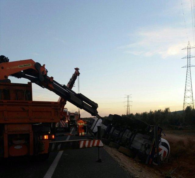 Retirada del camión accidentado en La Roda