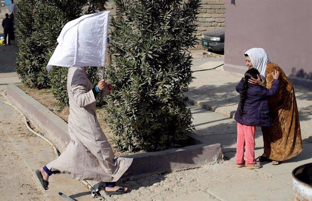 Civiles con banderas blancas en Mosul