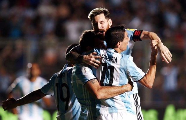 Messi, Di María y Pratto celebran un gol de Argentina ante Colombia