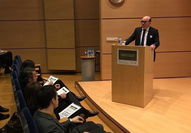 Javier Urzay, subdirector general de Farmaindustria, durante su intervención en