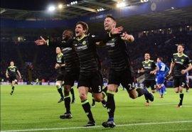 Marcos Alonso y Pedro aguantan la presión de Tottenham y Arsenal en un Chelsea más líder