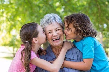 Cuidar de los nietos aumenta la esperanza de vida en los abuelos