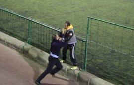 La lamentable pelea entre dos padres durante un partido de fútbol de juveniles