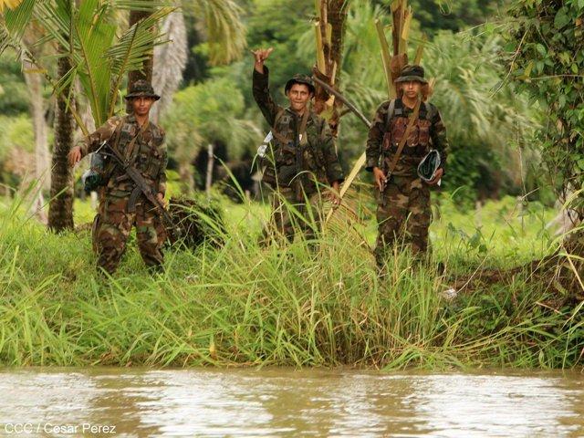 Soldados de Nicaragua en el río San Juan, frontera con Costa Rica
