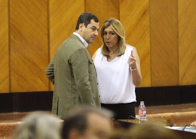 Susana Díaz y Juanma Moreno conversan en el salón de plenos del Parlamento