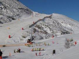 Las Estaciones de Esquí de León reciben más de 600 esquiadores durante el primer día de apertura de la temporada