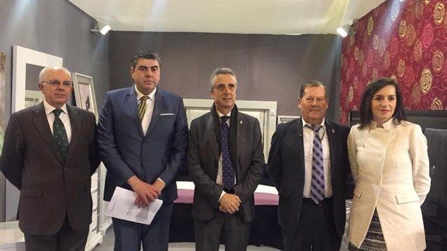 Pérez (centro), durante su visita a 'SurMueble'