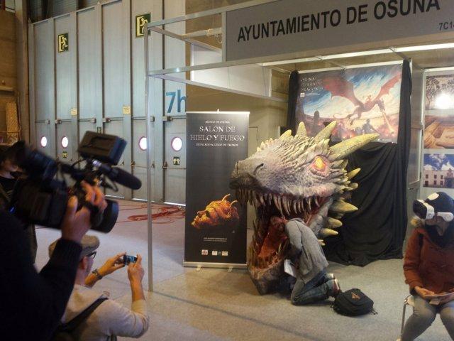 Cabeza de dragón expuesta en el 'stand' de Osuna en Fitur