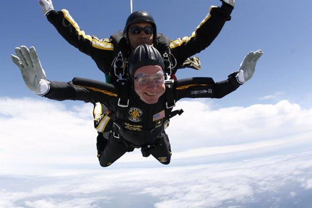 George H.W. Bush salta en paracaídas para celebrar su 90 cumpleaños