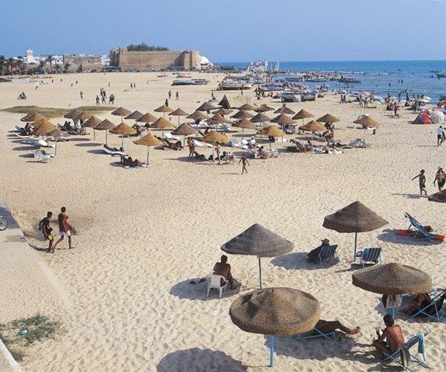 Turistas en una playa de Túnez