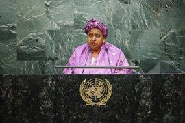 La vicepresidenta de Gambia, último miembro del Gobierno en abandonar a Jamé