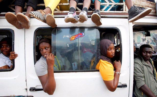 Gambianos huyendo de la capital de Gambia, Banjul