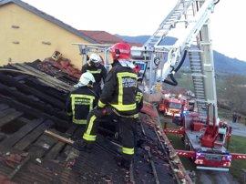 Un incendio causa daños en la cubierta del monasterio de La Canal de Vega