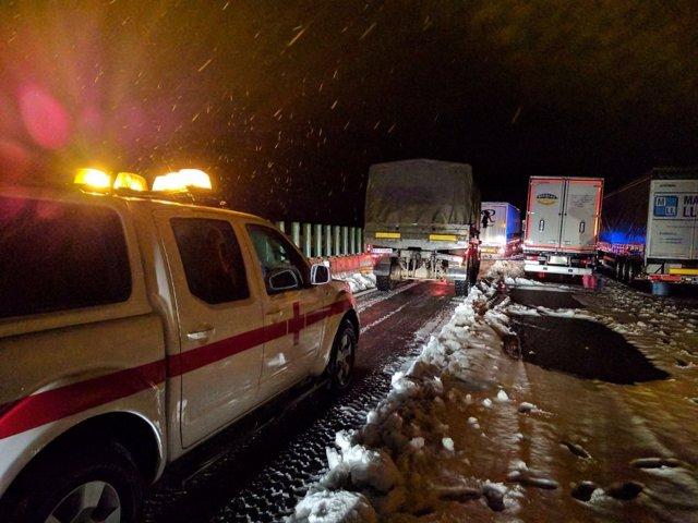 Camiones atrapados por la nieve