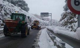 Nueve carreteras siguen cortadas en Andalucía por hielo y nieve tras reabrirse dos