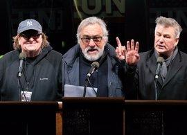 """Robert De Niro, Michael Moore o Alec Baldwin abanderan una concentración contra Donald Trump: """"Somos la mayoría"""""""