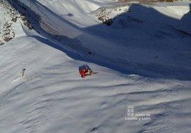 Un helicóptero evacúa a un montañero en el pico Castro Valnera (Burgos)