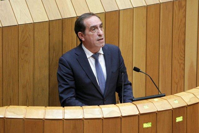 El conselleiro de Facenda, Valeriano Martínez, en el pleno del Parlamento
