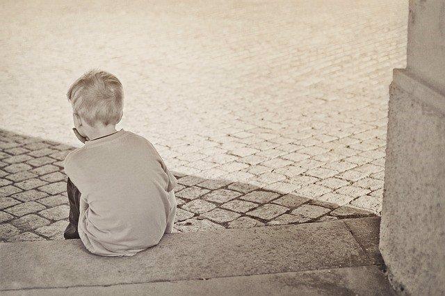 Niño triste y solo