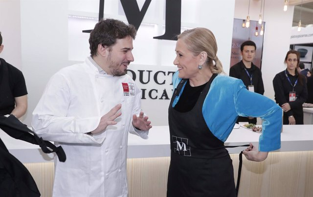 Cifuentes en Madrid Fusión con el chef Javier Estévez