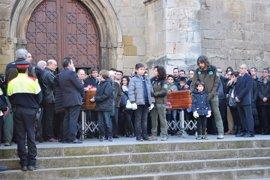 Puigdemont asiste en Lleida al abarrotado funeral de los dos agentes rurales asesinados