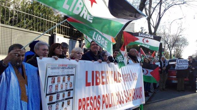 Decenas de personas protestan frente a la Embajada de Marruecos