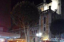 Bomberos sofocan un incendio en un piso del centro de Oviedo